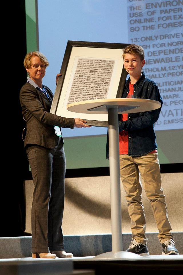 Magnus Strand Helberg from the Youth City Council, handing over the wishes from the Wishing Well to Marianne Aasen, from the Norwegian Labour Party.
