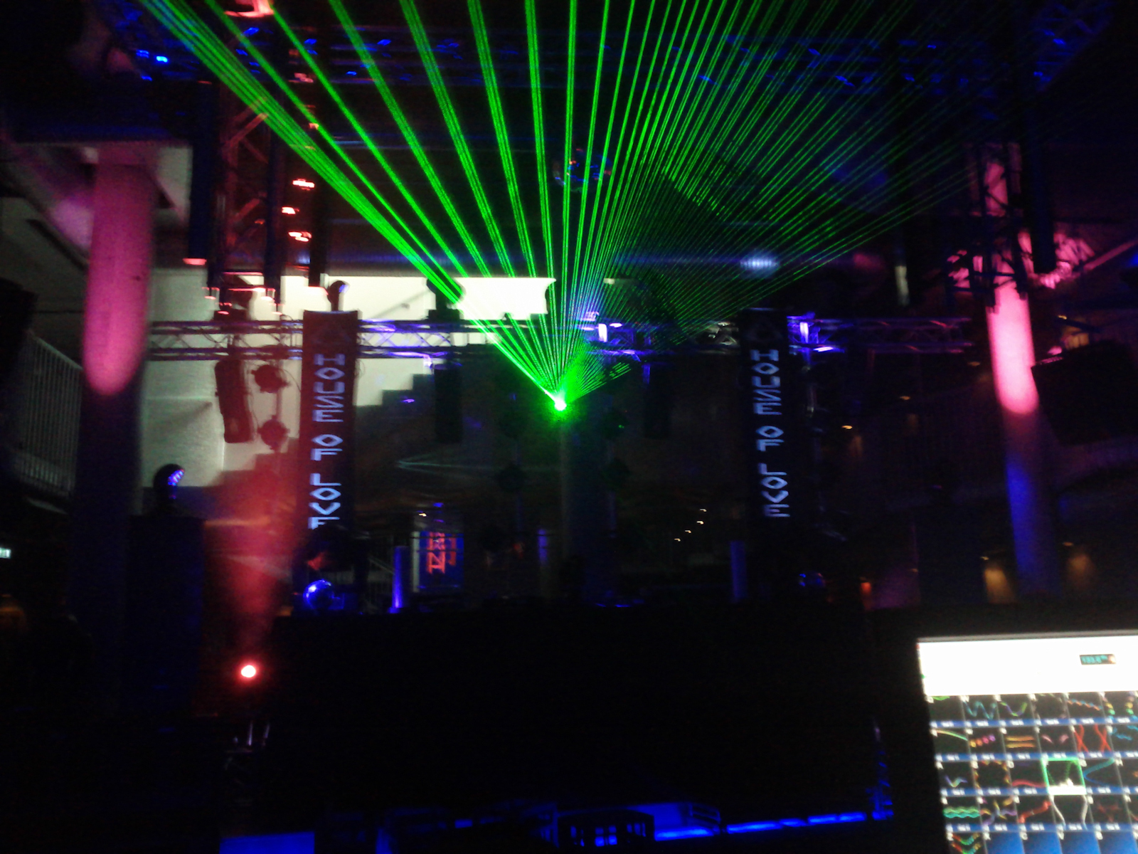 One of the lasers work =)