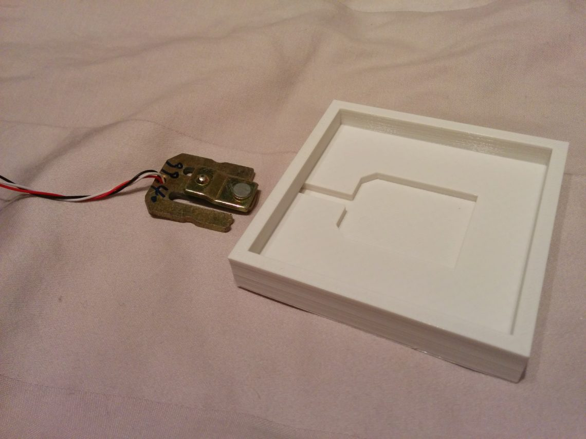 The weight sensor and its 3dprinted bracket